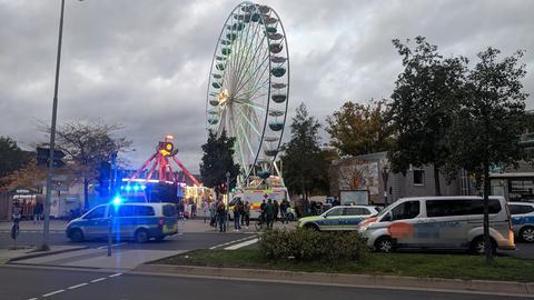 Polizeiautos und Krankenwagen im Bereich der Marburger Kirmes
