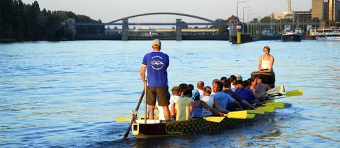 Drachenboot vor Schleuse in Offenbach