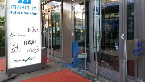 Die zerstörte Eingangstür des Maritim Hotels in Frankfurt
