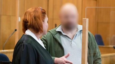 Der Mitangeklagte Markus H. im Gespräch mit seiner Anwältin Nicole Schneiders.