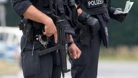 Polizisten mit Maschinengewehr