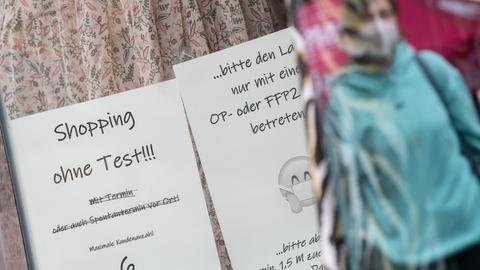 Hinweiszettel zur Maskenpflicht in einem Schaufenster