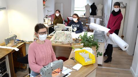 Ute Schlenger und Team in der Schneiderei beim Mundschutzmasken-Nähen