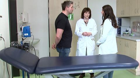 Mathildas Eltern mit Ärztin Silke Kietz an der Uniklinik Gießen.