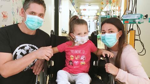 Mathilda mit ihren Eltern im Krankenhaus.