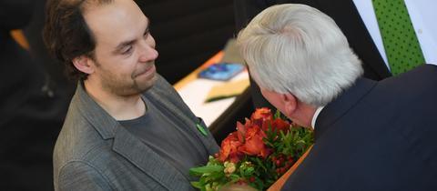 Der Grünen-Abgeordnete May erhielt zur Geburt seiner Tochter vom Ministerpräsidenten einen Blumenstrauß