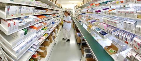 Medikamentenschrank in einer Apotheke