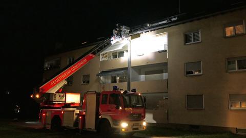 Die Feuerwehr mit einer Drehleiter an der Dachrinne.