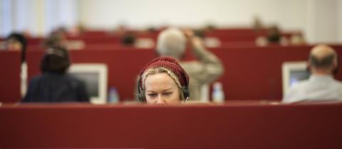 Ein Call-Center eines Meinungsforschungsinstitutes