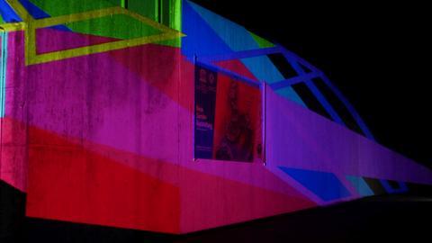 Grube Messel, Besucherzentrum bunt beleuchtet
