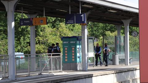 Mehrere Polizisten stehen am Bahngleis in Obertshausen, wo die Messerattacke geschah