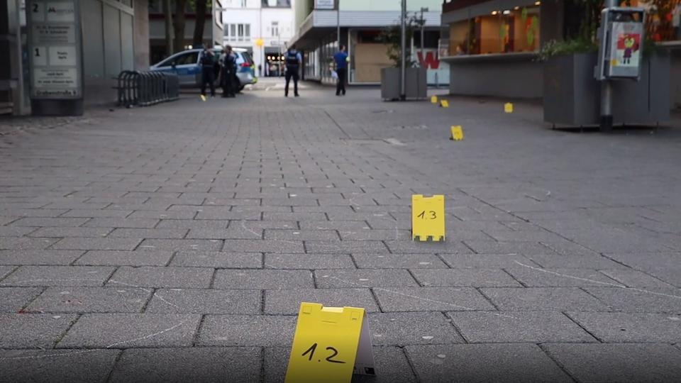 Tatort in der Innenstadt von Rüsselsheim - gelbe Markierungen der Spurensicherung auf dem Weg