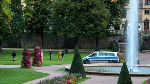Ein Polizei-Fahrzeug steht im Fuldaer Schlossgarten