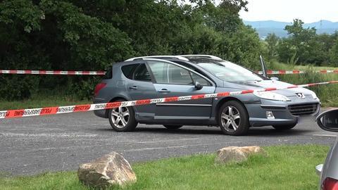 Auto am Tatort hinter Polizeiabsperrung
