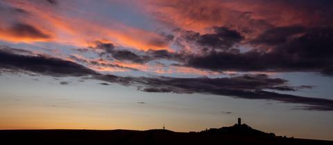 """""""Gigantische Wolkenbildung am Himmel"""" schreibt uns Anette Mayer zu diesem Schnappschuss aus Biebertal (Gießen). """"Am Horizont ist links der Dünsberg und rechts die Burg Vetzberg zu sehen."""""""