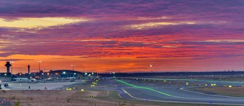 Betrieb auf dem Frankfurter Flughafen in der Abendsonne.