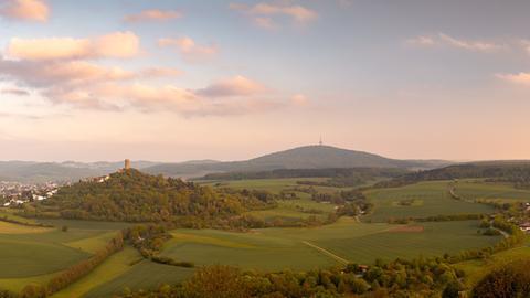 Diesen Blick von Burg Gleiberg bei Gießen über das Hinterland in Richtung Dünsberg ließ uns hessenschau.de-Nutzer Marcel Cornelius zukommen. Haben Sie auch ein außergewöhnliches Bild aus Hessen?