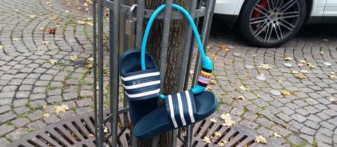 """""""Die Badelatschen warten auf den Sommer"""", schreibt uns hessenschau.de-Nutzer Stephan Weinberger zu seinem Schnappschuss aus der Fuldaer Innenstadt. Haben Sie auch ein außergewöhnliches Bild aus Hessen? Dann schicken Sie uns Ihr Foto an foto@hessenschau.de."""