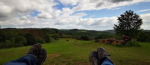 """""""Eine kleine Pause vom Aussichtspunkt """"Auf der Spitze"""". Mit Blick auf das Lahn-Dill-Bergland bei Siegbach-Tringenstein"""", schreibt uns hessenschau.de-Nutzerin Ilona Nickel zu ihrem Foto."""