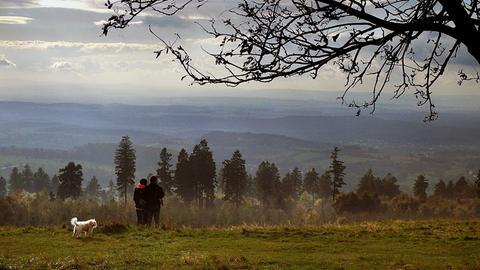 Den weiten Blick vom Hoherodskopf in die Ferne schickte uns hessenschau.de-Nutzer Winfried Faust. Haben Sie auch ein außergewöhnliches Bild aus Hessen? Dann schicken Sie uns Ihr Foto an foto@hessenschau.de.
