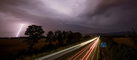 Blitze sind in der Nacht zum 23.07.2017 bei Oberursel (Taunus) neben der Autobahn 661 während des Durchzugs einer Gewitterfront zu sehen. In vielen Teilen Deutschlands kam es am Samstag zu Starkregen und Gewittern.