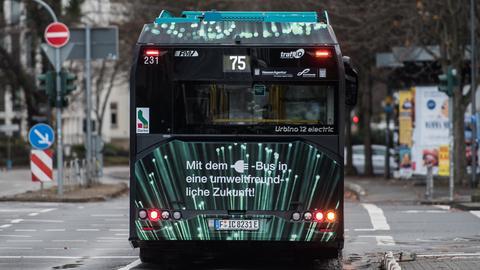 Ein Elektrobus wartet an der Bockenheimer Warte in Frankfurt an der Ampel.