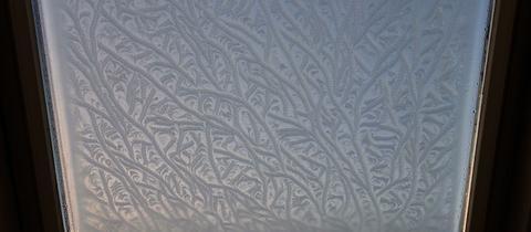 Eisblume auf einem Dachfenster