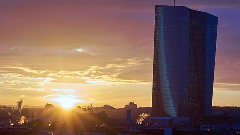 Massiv steht die Europäische Zentralbank über dem Frankfurter Ostend im farbenfrohen Sonnenaufgang. Das Foto schickte uns hessenschau.de-Nutzer Ulrich Böttger aus Hanau. Haben Sie auch ein außergewöhnliches Bild aus Hessen? Dann schicken Sie uns Ihr Foto – wir freuen uns über Ihre Momentaufnahme.