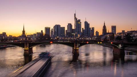 Die Frankfurter Skyline bei Sonnenuntergang