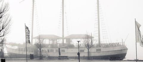 """""""Dieses Foto entstand am Rheinufer bei Wiesbaden Kastell im dichten Nebel. Wie ein verlassenes Geisterschiff dümpelt das sonst gut besuchte Restaurant Schiff  an seinem Anleger."""" Das Foto schickte uns hessenschau.de-Nutzerin Christina Hardering. Haben Sie auch ein außergewöhnliches Bild aus Hessen? Dann schicken Sie uns Ihr Foto an foto@hessenschau.de."""