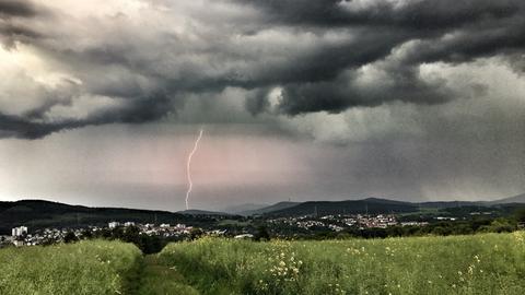 Die sich auftürmenden Gewitterwolken inklusive Blitz über Niedernhausen (Rheingau-Taunus) hat hessenschau.de-Nutzer Pete Davis mit seiner Kamera eingefangen.