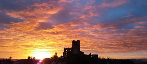 Den Blick auf die Burg Greifenstein bei Sonnenaufgang schickte uns hessenschau.de-Nutzerin Julia Georg. Haben Sie auch ein außergewöhnliches Foto aus Hessen? Dann schicken Sie uns Ihr Bild – wir freuen uns über Ihre Momentaufnahme.