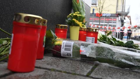 Tote durch Schüsse in Hanau: Am Tatort im Stadtteil Kesselstadt wurden Blumen abgelegt und Kerzen aufgestellt. Bei Schüssen an zwei Shisha-Bars wurden mehrere Menschen getötet und verletzt.