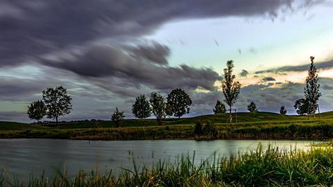 Herbststurm über dem Ried. Den Moment hat hessenschau.de-Nutzer Peter Vlastarakis aus Riedstadt mit seiner Kamera eingefangen.