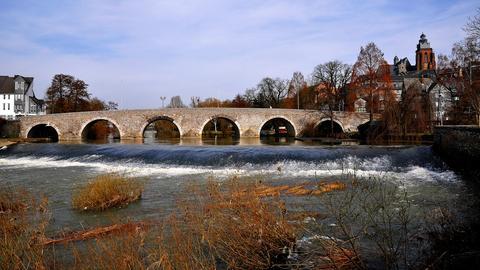 Die alte Lahnbrücke in Wetzlar. Das Foto schickte uns hessenschau.de-Nutzer Gerold Hoßbach.Haben Sie auch ein außergewöhnliches Bild aus Hessen? Dann schicken Sie uns Ihr Foto an foto@hessenschau.de.