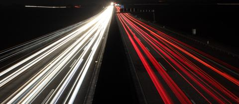 Langzeitbelichtung der A5 auf einer Brücke