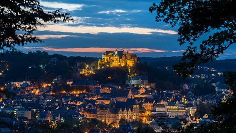 Nach Sonnenuntergang - zur blauen Stunde - hat hessenschau.de-Nutzer Martin Theiß aus Gießen diese Ansicht von Marburg mit seiner Kamera eingefangen.