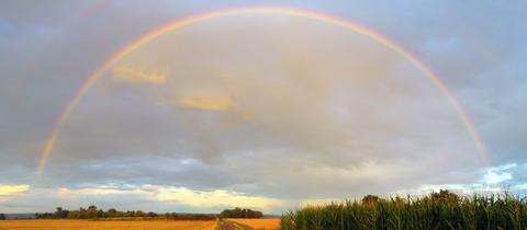 Den Regenbogen am Ortsrand von Friedrichsdorf-Burgholzhausen fing hessenschau.de-Nutzerin Monika Müller mit ihrer Kamera ein. Die Aufnahme wurde in HDR-Technik aufgenommen und aus zwei Bildern zusammengesetzt.