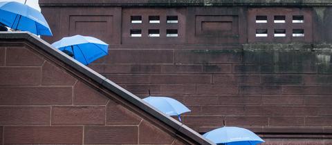 Momentaufnahme - Eiserner Steg - Regenschirme - Regen - Wetter