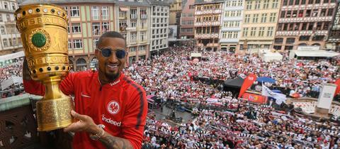 Momentaufnahme der Pokalfeierlichkeiten auf dem Frankfurter Römer mit Kevin-Prince Boateng