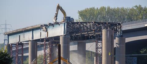 Diese Woche hatte hessenschau.de-Nutzer Holger Schermann die Gelegenheit bei einem Hundespaziergang den Abriss der alten Schiersteiner Brücke in Wiesbaden zu fotografieren. Haben Sie auch ein außergewöhnliches Bild aus Hessen? Dann schicken Sie uns Ihr Foto – wir freuen uns über Ihre Momentaufnahme.