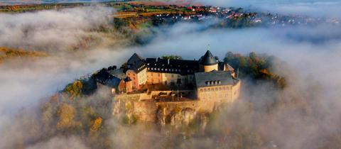 Schloss Waldeck im Nebel, aufgenommen mit einer Drohne.