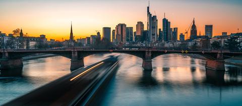 Sonnenuntergang hinter der Frankfurter Skyline