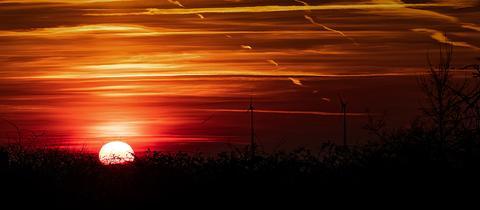 """""""So schön ging die Sonne in Hammersbach unter"""", schreibt uns hessenschau.de-Nutzer Christoph Molderings zu seinem stimmungsvollen Foto. Haben Sie auch ein außergewöhnliches Bild aus Hessen? Dann schicken Sie uns Ihr Foto – wir freuen uns über Ihre Momentaufnahme."""
