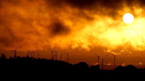 Momentaufnahme Windpark Sonnenuntergang