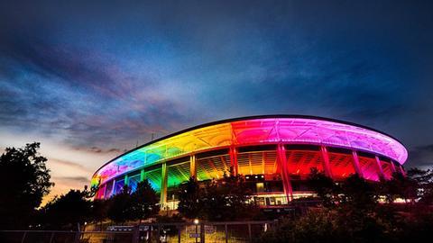 Am Mittwochabend erstrahlte der Deutsche Bank Park in Frankfurt parallel zum EM-Spiel der deutschen Nationalmannschaft gegen Ungarn in München in Regenbogenfarben. hessenschau.de-Nutzer Thomas Hahn hat uns dieses schöne Foto des illuminierten Stadions zukommen lassen.