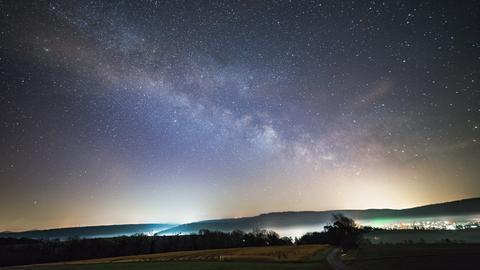 Sterne leuchten am Himmel.