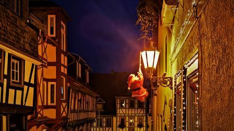 Weihnachtsmann in der Altstadt von Gelnhausen