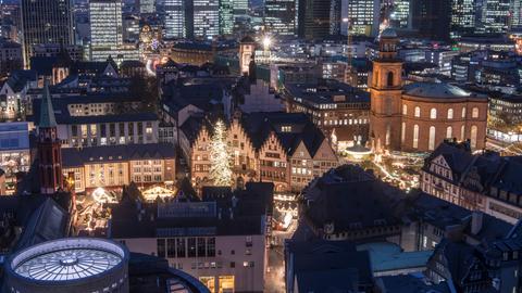 Die Lichter des Frankfurter Weihnachtsmarktes ziehen sich von der alten Nikolaikirche (l), über den Römerberg bis zur Paulskirche. Haben Sie auch ein außergewöhnliches Bild aus Hessen? Dann schicken Sie uns Ihr Foto an foto@hessenschau.de.