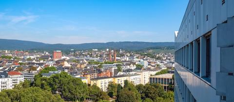hessenschau.de-Nutzer Holger Schermann hatte ich die Möglichkeit aus dem zwölften Obergeschoss einen Blick über Wiesbaden zu genießen - und schickte uns das Foto. Haben Sie auch ein außergewöhnliches Bild aus Hessen? Dann schicken Sie uns Ihr Foto – wir freuen uns über Ihre Momentaufnahme.